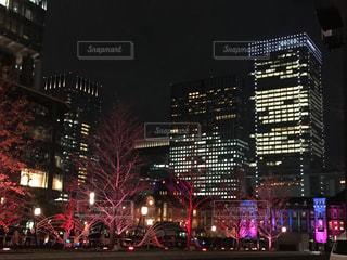 夜のライトアップされた街の写真・画像素材[879813]