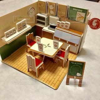 テーブルの上のチラシのスタックの写真・画像素材[879905]