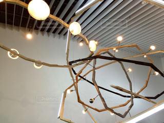 天井からぶら下がっている時計の写真・画像素材[879907]