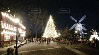 夜のライトアップされた街の写真・画像素材[880059]