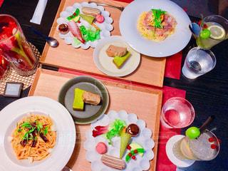 テーブルの上に食べ物のプレートの写真・画像素材[935961]