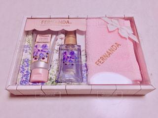 テーブルの上のピンクの花でいっぱいのボックスの写真・画像素材[936013]