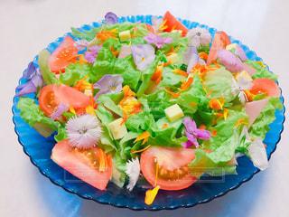ブルーのプレートにカラフルなサラダの写真・画像素材[1251367]
