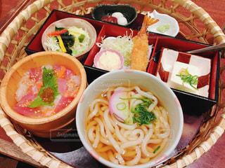 テーブルの上に食べ物のボウルの写真・画像素材[1251378]