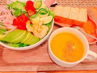 テーブルの上に食べ物のボウルの写真・画像素材[1427278]