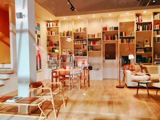 部屋の家具や本の棚でいっぱいの写真・画像素材[1444728]