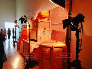 部屋に立っている人の写真・画像素材[1444734]