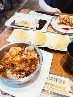 テーブルの上に食べ物のプレートの写真・画像素材[1702852]