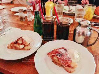 テーブルの上に食べ物のプレートの写真・画像素材[1703650]