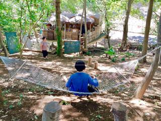 庭に座っている人の写真・画像素材[1703670]