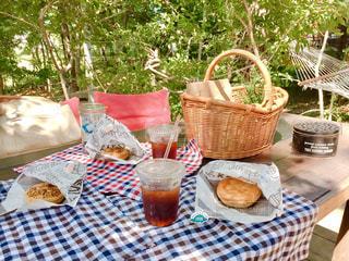 近くにピクニック用のテーブルの上の写真・画像素材[1703708]