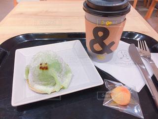 テーブルの上のコーヒー カップの写真・画像素材[1736433]