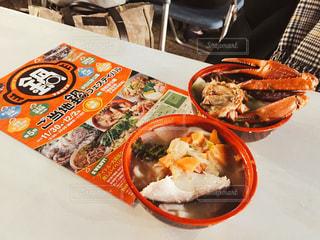 テーブルの上に食べ物のプレートの写真・画像素材[1743322]