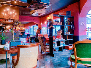 家具、レストラン内のテーブルでいっぱいの部屋の写真・画像素材[1794706]
