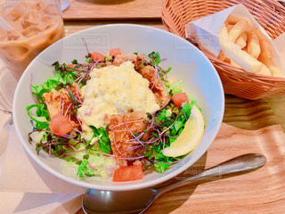 テーブルの上の皿の上の食べ物のボウルの写真・画像素材[2275370]