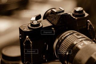 テーブルの上の黒いカメラの写真・画像素材[1065400]