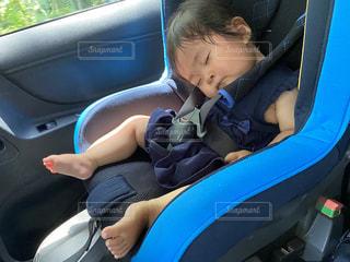 チャイルドシートで爆睡する赤ちゃんの写真・画像素材[3299473]