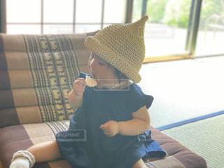 和室でお菓子を食べる赤ちゃんの写真・画像素材[3299472]