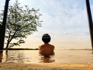 露天風呂に入る女性の後ろ姿の写真・画像素材[3306416]