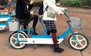 タンデムに乗る女性の写真・画像素材[3880578]