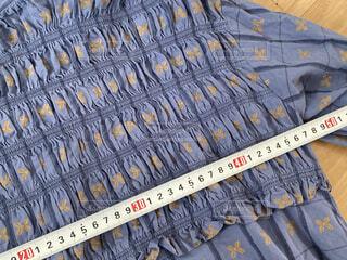 洋服の身幅を測っているところの写真・画像素材[3985881]