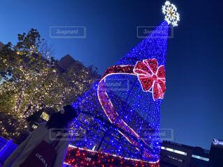 クリスマスのイルミネーションと女性の後ろ姿の写真・画像素材[4042955]