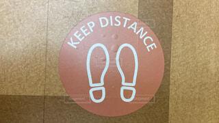 キープディスタンスの床面表示の写真・画像素材[4069464]