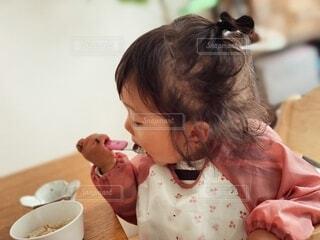スプーンで食べる練習をする子どもの写真・画像素材[4173773]