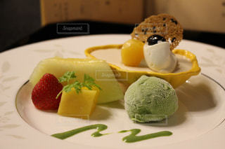 テーブルの上のケーキをのせた白プレートの写真・画像素材[747173]