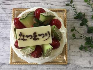 テーブルの上にフルーツとケーキの写真・画像素材[1395765]