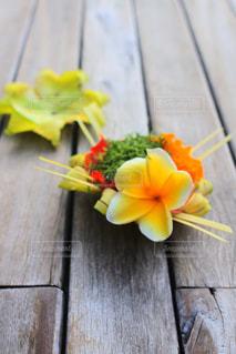 近くに木製のまな板に花のアップ - No.772767