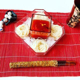 赤い毛布の上に食べ物のプレートをのせたテーブルの写真・画像素材[712332]