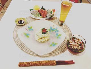 テーブルな皿の上に食べ物のプレートをトッピングの写真・画像素材[712333]
