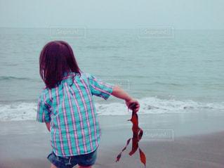 砂浜での拾い物 - No.744829