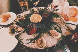 テーブルの上に食べ物のプレートの写真・画像素材[964207]