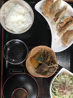 板の上に食べ物のボウルの写真・画像素材[723768]