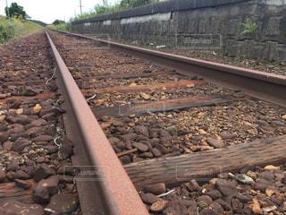 岩の上に大きな長い列車の写真・画像素材[752446]
