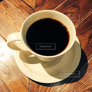 木製テーブルの上のコーヒー カップ - No.1015654