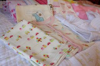 ベッドの上に座っている赤ちゃん - No.719061