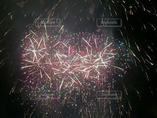 空に花火のグループの写真・画像素材[705227]