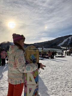 雪の中に立っている人々 のカップル - No.950549