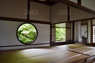 寝室、ベッドと窓の写真・画像素材[1298409]