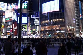 夜の渋谷スクランブル交差点の写真・画像素材[690475]