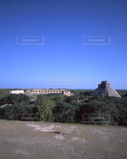 ウシュマル遺跡の魔法使いのピラミッドと尼僧院の写真・画像素材[714069]