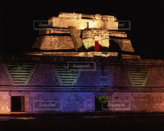 ウシュマル遺跡の魔法使いのピラミッドと尼僧院の写真・画像素材[717002]