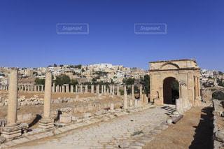 ジェラシュ遺跡の列柱通りと四面門の写真・画像素材[733934]