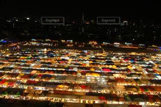 たくさんの交通量でいっぱいの通りの写真・画像素材[2122791]