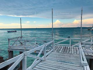 水域の隣にある木造桟橋の写真・画像素材[2122865]