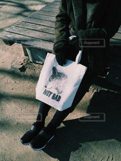 ベンチに座っている人の写真・画像素材[1534375]