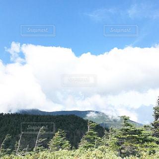 背景の山のフィールドの写真・画像素材[801930]